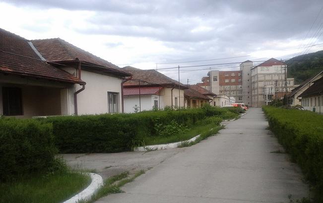 Spitalul orăşenesc Vişeu de Sus -curtea interioară şi pavilioanele, in plan îndepărtat corpul nou -foto Mircea Şerban