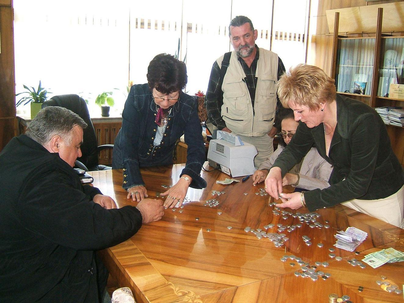 Gyöngyike BÖNDI -ex prefect (mijloc) La o acţiune caritativa de strângere de fonduri -Foto Glasul MM